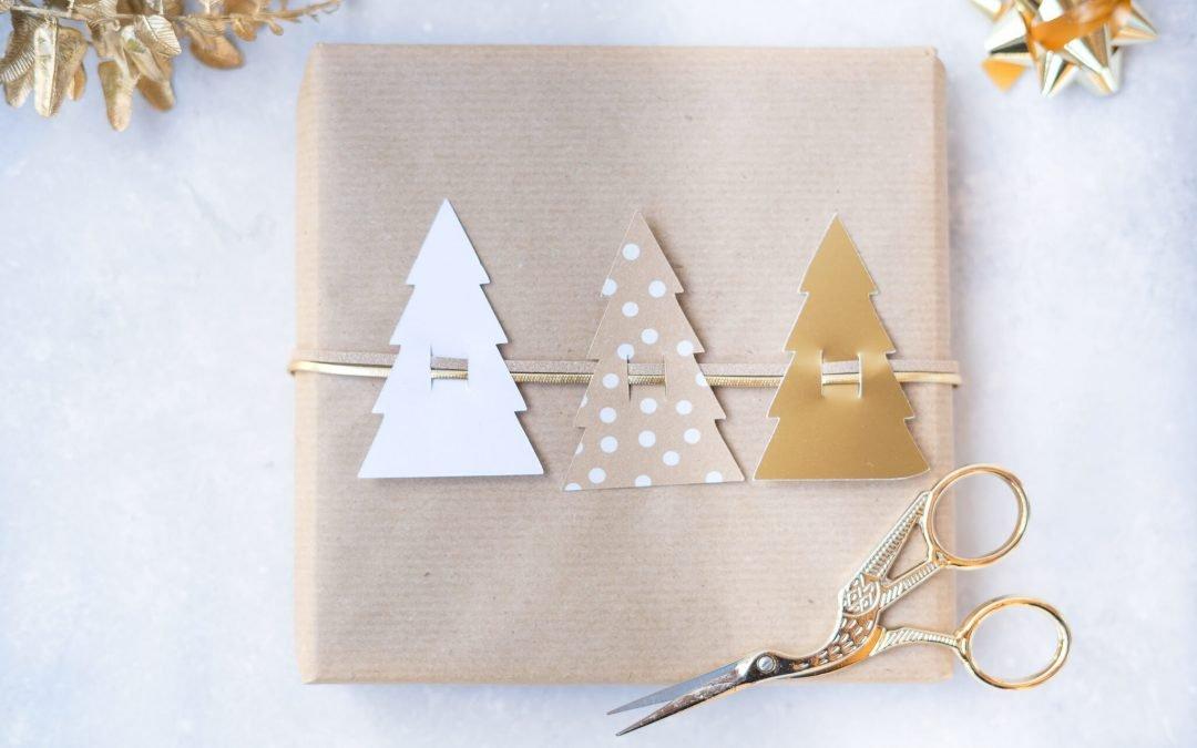 Geschenkverpackung mit Christbäumen – Freebie