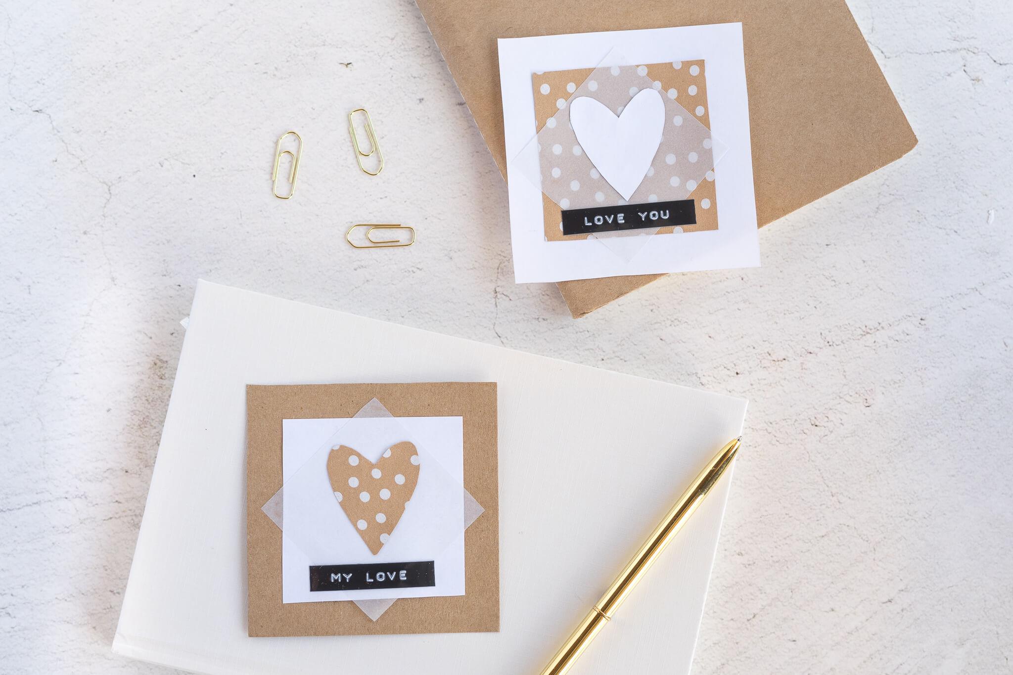 Zwei Valentinstagskarten aus Kraftpapier und weißen Tonkarton zum selber basteln