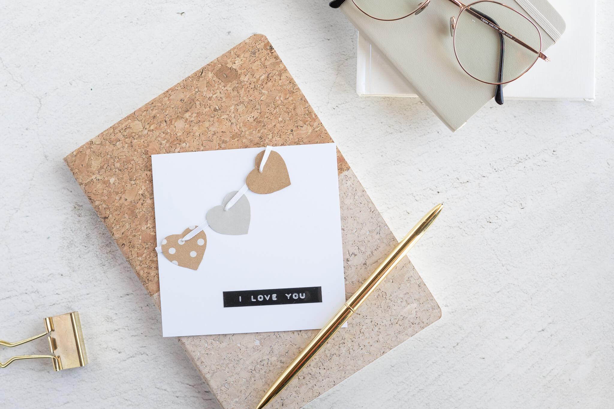 Valentinstagsgeschenk als Geschenkkarte mit 3 Papierherzen und Schriftzug