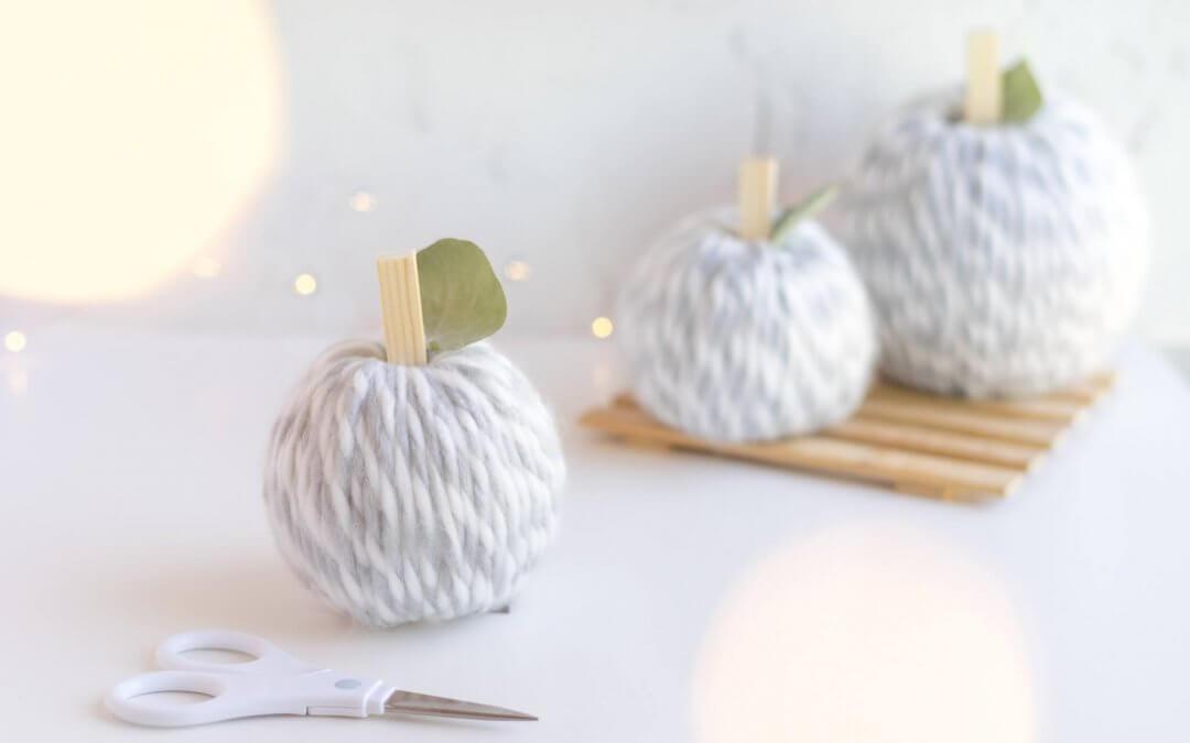 Kürbis basteln aus Wolle – herbstliche Deko